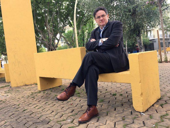 El abogado y escritor sevillano Emilio G. Romero durante la entrevista concedida a los medios de comunicación.
