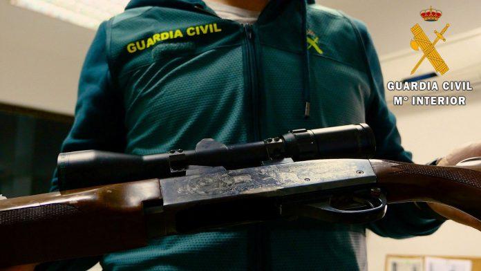 Los agentes localizaron en un pub de Roquetas un rifle modificado con el número de serie borrado.
