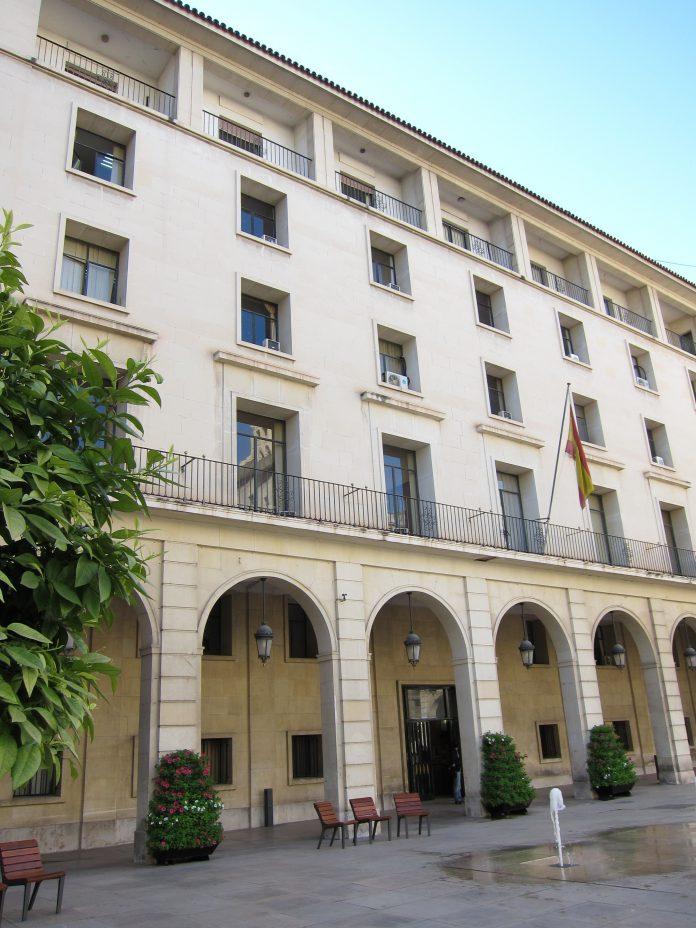 La Sección Séptima de la Audiencia de Alicante considera a la acusada autora de un delito de detención ilegal.