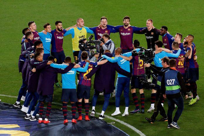 Los jugadores del FC Barcelona celebran en el Camp Nou la consecución del título de la Liga Santander tras imponerse al Levante en la pasada jornada.
