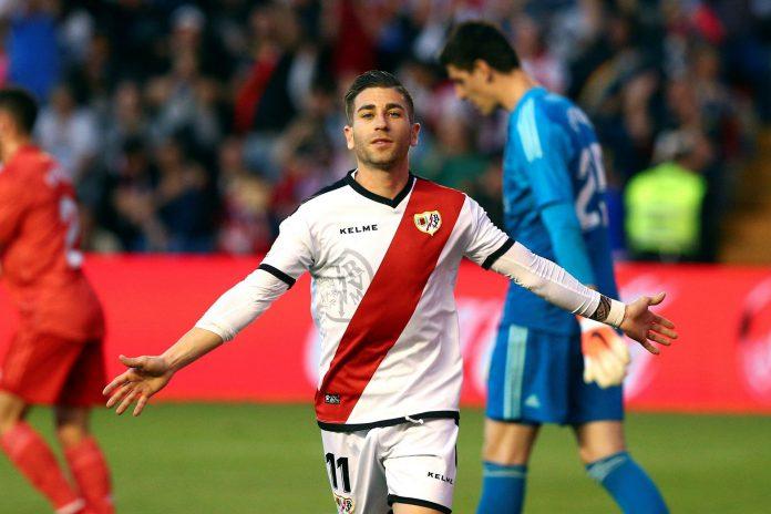 El centrocampista del Rayo Vallecano, Adrián Embarba, celebra el gol de la victoria en el estadio de Vallecas.
