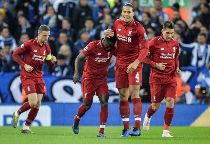 Naby Keita (2 izq) celebra con sus compañeros el primer gol del Liverpool en Anfield ante el Oporto.