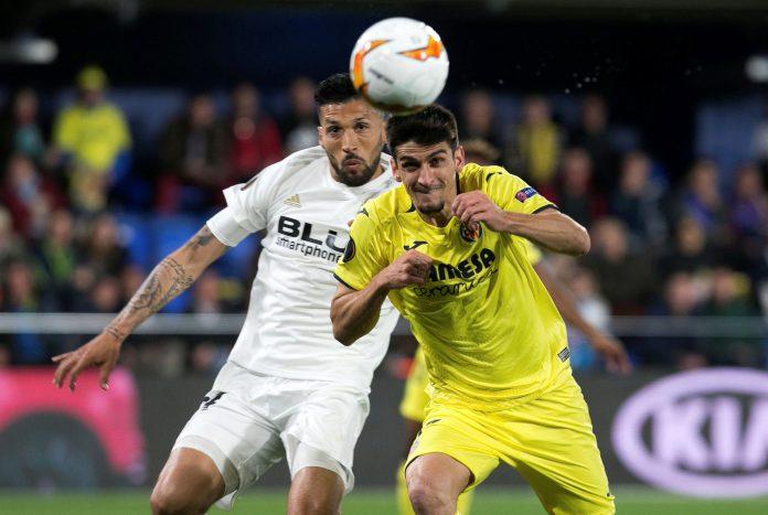 Roncaglia (izq) disputa un balón con Gerard Moreno durante el partido de ida entre Villarreal y Valencia.