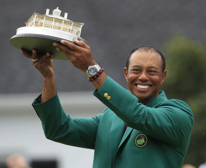 Tiger Woods celebra su quinta victoria en el Masters de Augusta.