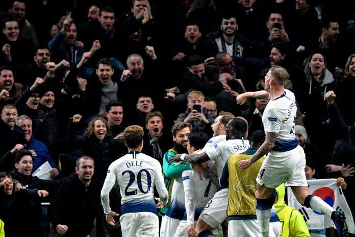 Los jugadores del Tottenham celebran el gol de Son.
