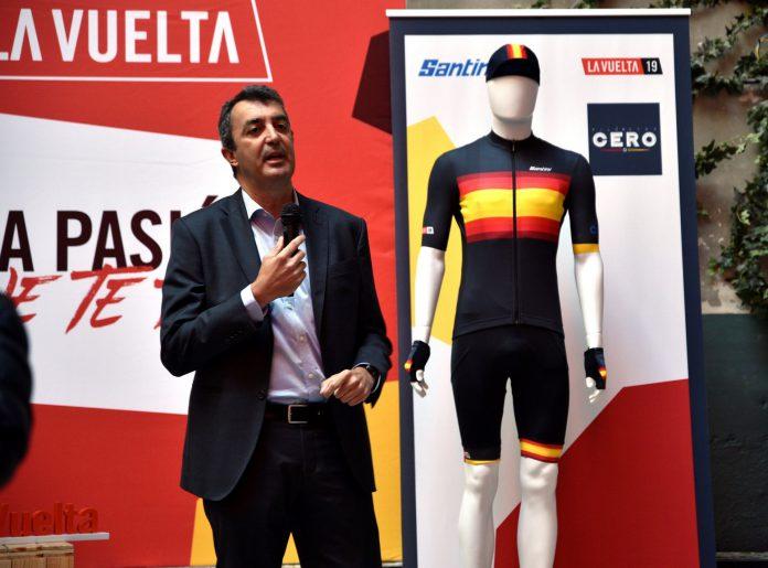 El director general de La Vuelta, Juan Guillén, presenta los maillots.