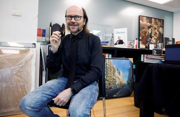 El cineasta español Santiago Segura posa ante los medios.