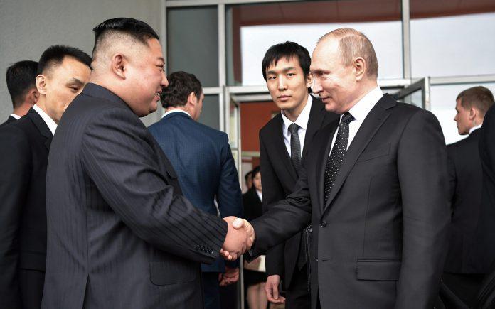 El líder norcoreano, Kim Jong-un, estrecha la mano al presidente ruso, Vladimir Putin en Vladivostok.