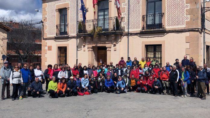 Los caminantes abordaron un itinerario de 11,2 kilómetros entre Puebla de Pedraza y Sebúlcor, culminando en el Duratón. / el adelantado