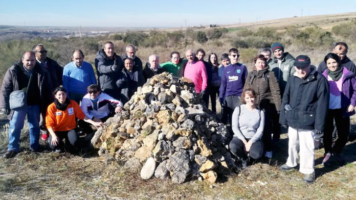 El equipo que llevó a cabo la construcción del majano con caja nido para el mochuelo europeo en la zona de Las Lastras.