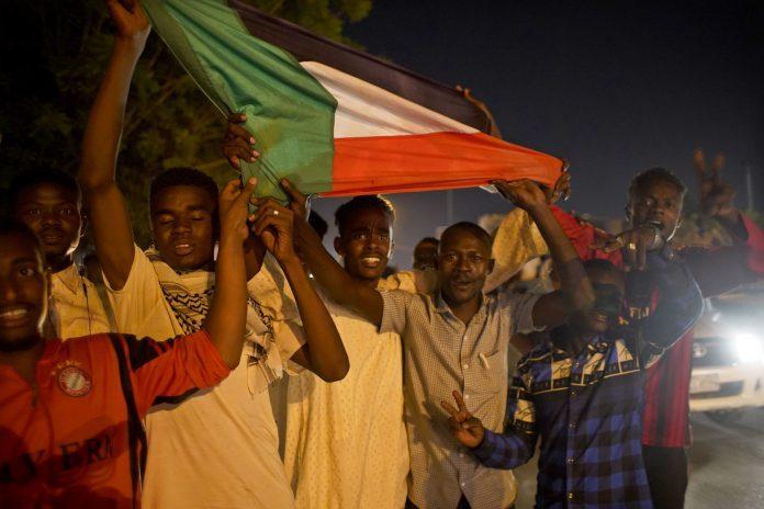 Un grupo de sudaneses salen a la calle por las calles de Jartum tras la dimisión del Ministro de Defensa Awad Ibn Auf.