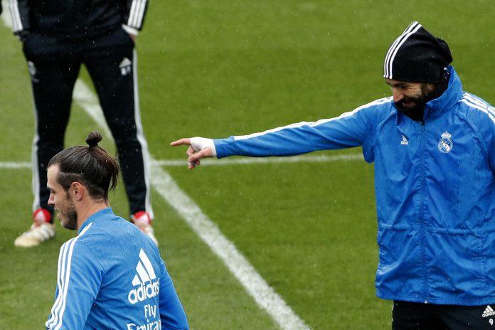 Karim Benzema (dcha) y Gareth Bale, que hoy podría volver a ser titular, en el entrenamiento de ayer del Real Madrid.