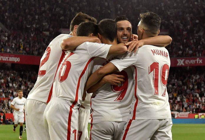 Pablo Sarabia (centro) celebra con sus compañeros el segundo gol del Sevilla en el derbi contra el Betis.