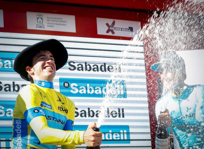 Ion Izagirre celebra su victoria en la general de la Vuelta al País Vasco.