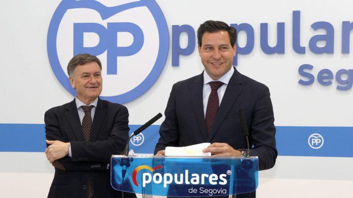 Francisco Vázquez (izquierda) y Raúl de la Hoz comparecieron ayer en la sede del PP de Segovia.