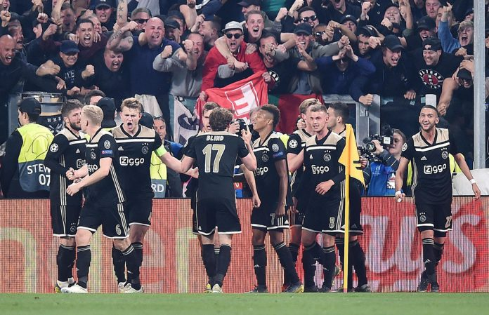 Los jugadores del Ajax celebran el segundo gol.