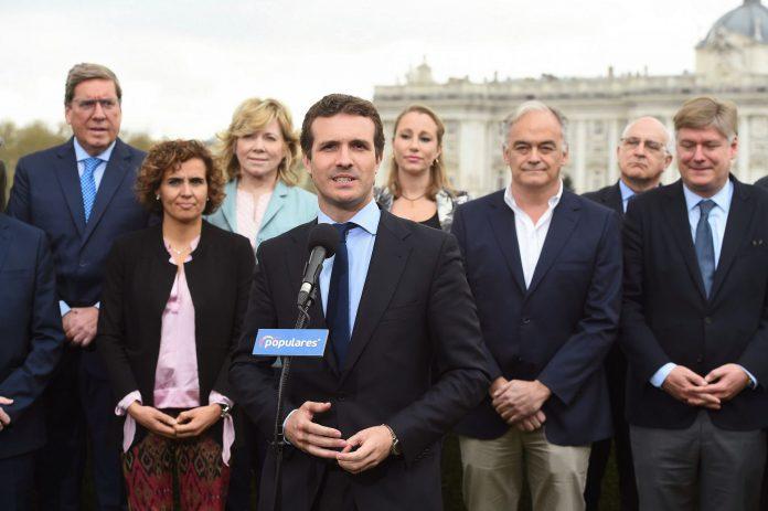 Pablo Casado comparece flanqueado por los candidatos del PP al Parlamento Europeo en los comicios de mayo.