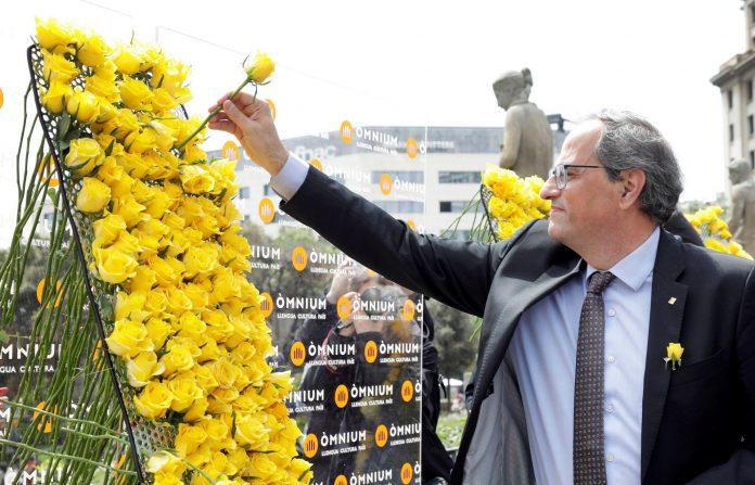 El presidente catalán, Quim Torra, coloca una rosa amarilla en solidaridad con los presos soberanistas.