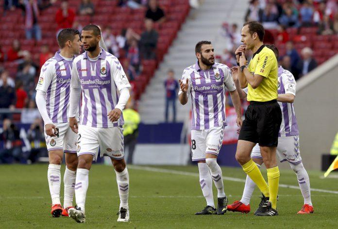 Los jugadores del Valladolid rebaten la decisión arbitral tras el VAR.