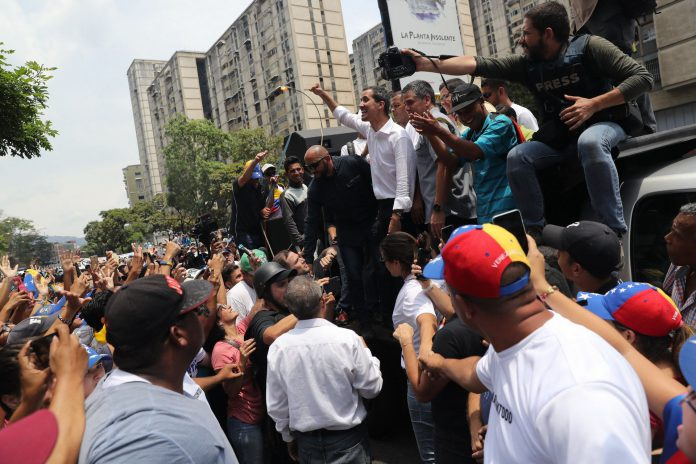 Cientos de opositores escuchan a Juan Guaidó durante una manifestación en las calles de Caracas.