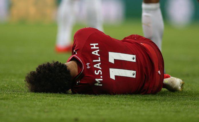 Salah se duele tras recibir, el pasado sábado, el golpe en la cabeza que le hace ser baja para la vuelta de semifinales.