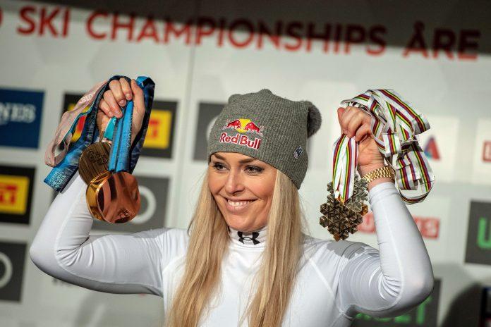 La esquiadora estadounidense Lindsey Vonn sostiene algunas de las muchas medallas que ha ganado en su carrera.