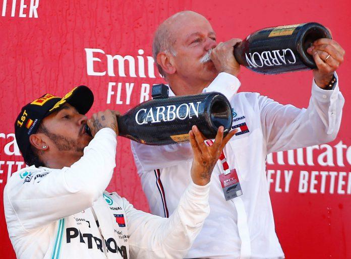 Hamilton celebra con el presidente de honor de Mercedes, Dieter Zetsche.