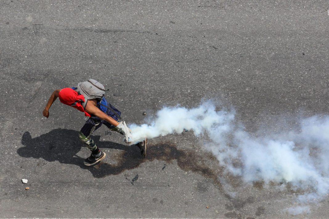 Miles de venezolanos han salido a la calle en apoyo de Juan Guaidó, recibiendo una dura respuesta de la policía.