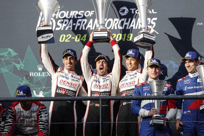 Fernando Alonso, flanqueado por sus compañeros de equipo, celebra el triunfo en Spa.