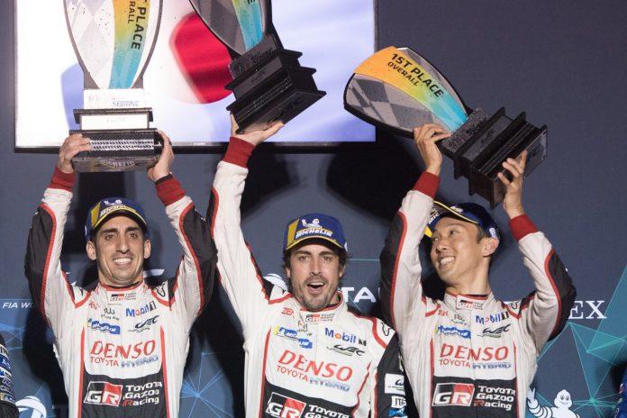 Fernando Alonso, junto a sus compañeros de equipo de las 24 horas de Le Mans.