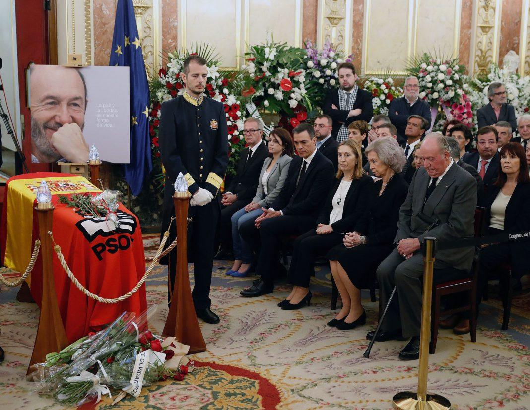 Personalidades políticas y decenas de ciudadanos rindieron homenaje a Rubalcaba en su capilla ardiente.