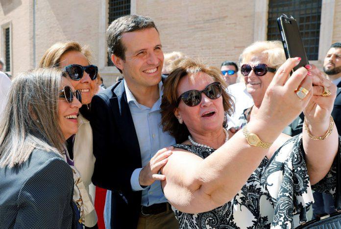 Pablo Casado se fotografía con unas seguidoras antes del acto celebrado en el Ateneo de Valencia.