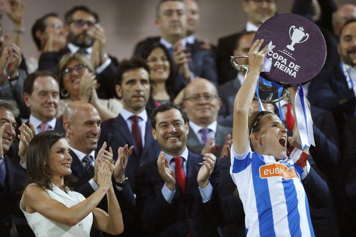 La capitana de la Real Sociedad, Sandra Ramajo, levanta la Copa ante la presencia de la reina Letizia