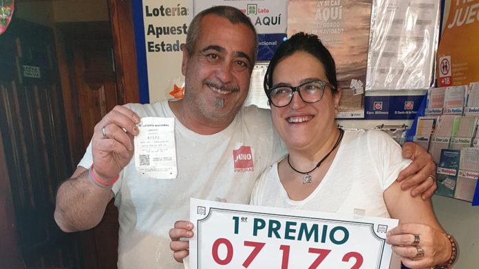 Jesús Blanco Municio y la dueña de la Administración María José Baeza San Juan con el boleto premiado. / PILAR MORENO