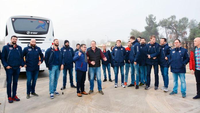 El presidente del Balonmano Nava, Julián Mateo, junto a Javier Herrero en uno de los viajes del club para visitar a uno de sus patrocinadores. / AMADOR MARUGÁN