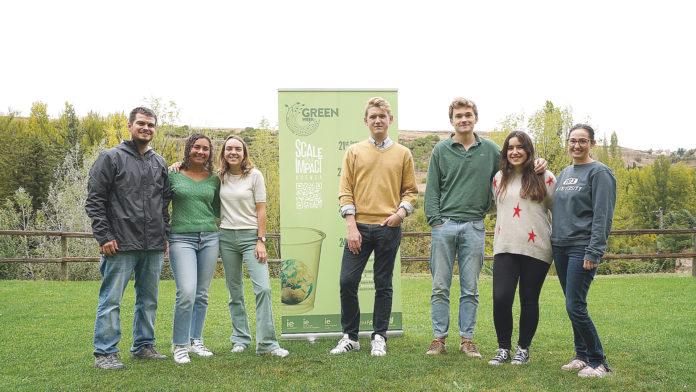 Varios miembros del Eco Club de IE University junto a los coordinadores de Campus Life, Clint Clint Goodrich y María Bravo. / ROBERTO ARRIBAS