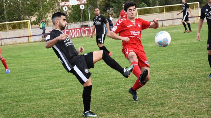 Kike disputa un balón con un jugador del Uxama. / A.M.