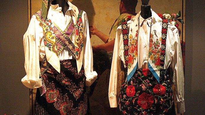 """Dos de los trajes que forman parte de la exposición """"Danzantes"""", el de Arcones y Castroserna de Abajo."""