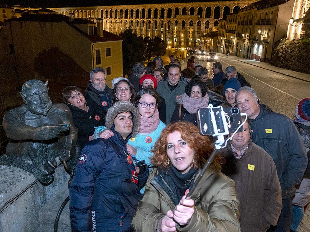 Participantes en la visita guiada gratuita se hicieron el 'selfie' de rigor con la escultura del diablillo.