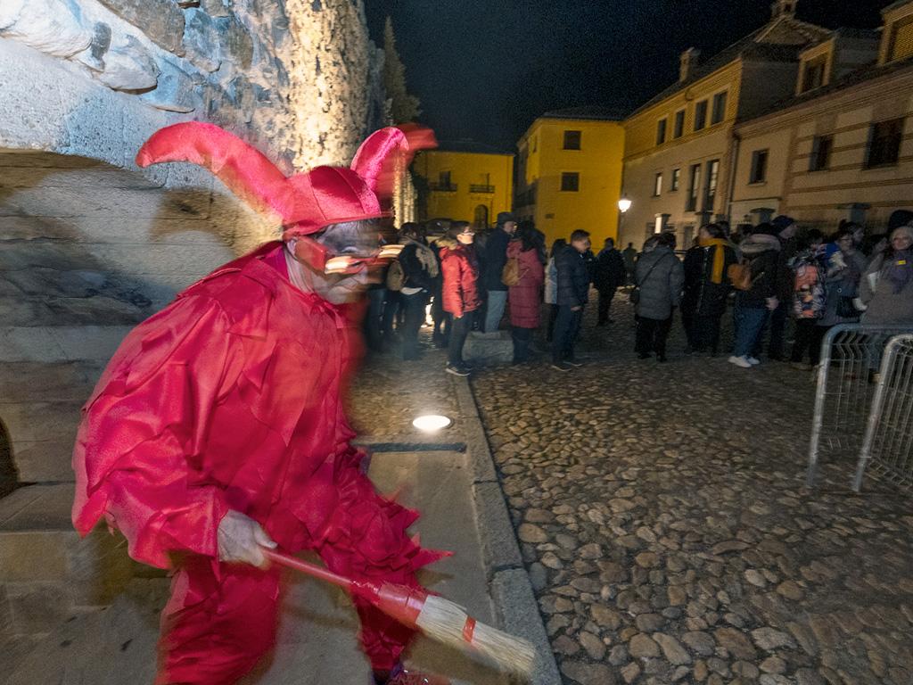 no de los seis diablillos que participaron en el acto entra en la plaza de Avendaño por un arco del Acueducto