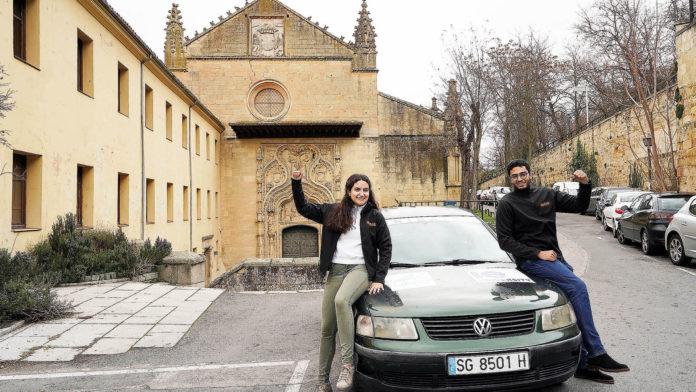 Nadine Oppenheimer y Oussana Chniank junto al coche con el que participarán en el rally UniRaid.