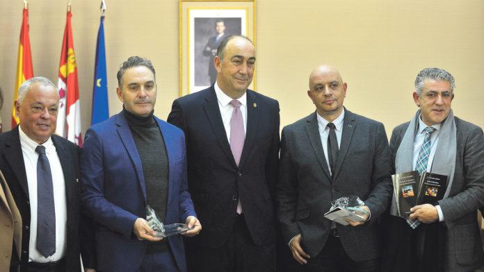 González Iglesias, segundo por la derecha, fue el galardonado en la última edición del premio. KAMARERO
