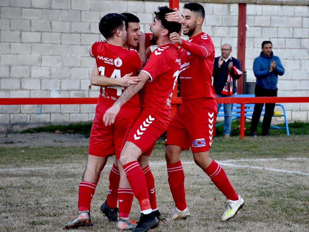 Los jugadores del Turégano CF Dani, Carlos, Choflas y Juli celebran un gol. / A.M.