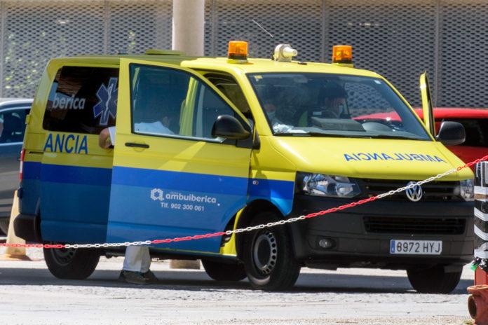 Una ambulancia para en las inmediaciones del Hospital General de Segovia.