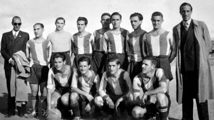 1942. —Un equipo de la Gimnástica en el Stadium Chamberí en 1942. Los jugadores son —de izquierda a derecha y de arriba a abajo— Garrido, Lázaro, Segundo, Ferranz, Pepote, Cerezo y Bastarrica; Pilín, Santiago, Pascual y Vives.