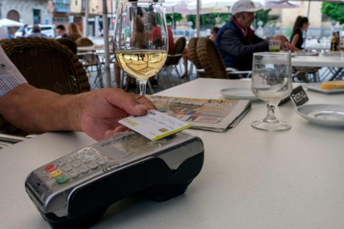 Un segoviano paga con su tarjeta en la terraza de un establecimiento. Kamarero.