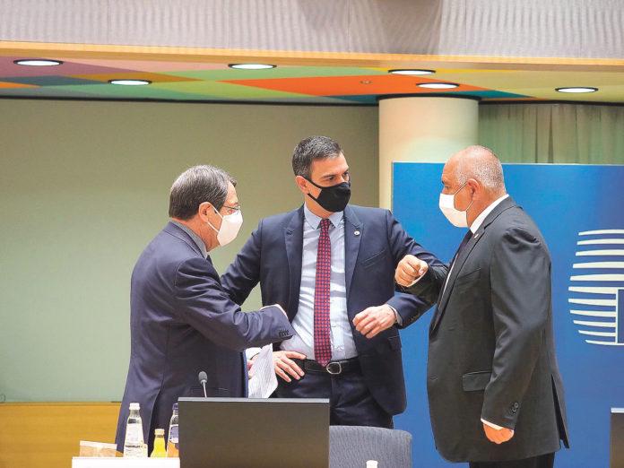 El presidente del Gobierno español, Pedro Sánchez (c), junto al presidente chipriota, Nicos Anastasiades (i), y el primer ministro de Bulgaria, Boiko Borisov (d), durante la cumbre de los líderes de la Unión Europea (UE). EFE