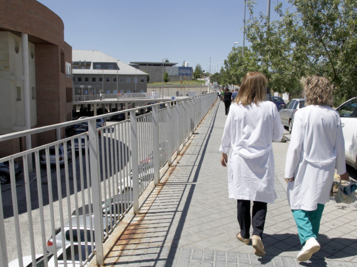 Dos miembros del personal sanitario caminan en las cercanías del Hospital General.
