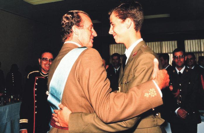 Primera aparición pública del entonces Príncipe de Asturias, junto al rey Juan Carlos.