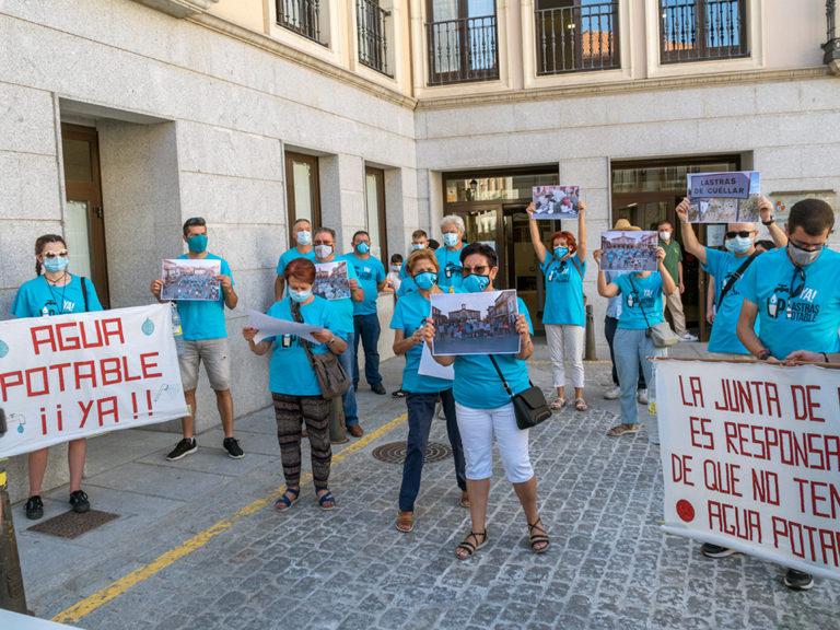 Concentración de los vecinos de Lastras de Cuéllar ante la Junta de Castilla y León